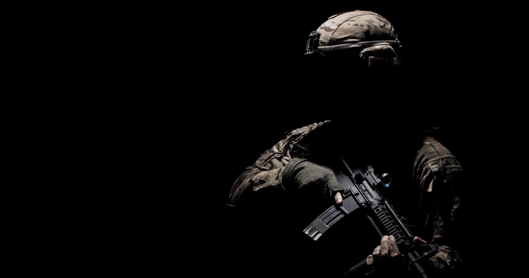 Στρατιώτης με στολή κρατώντας ένα όπλο