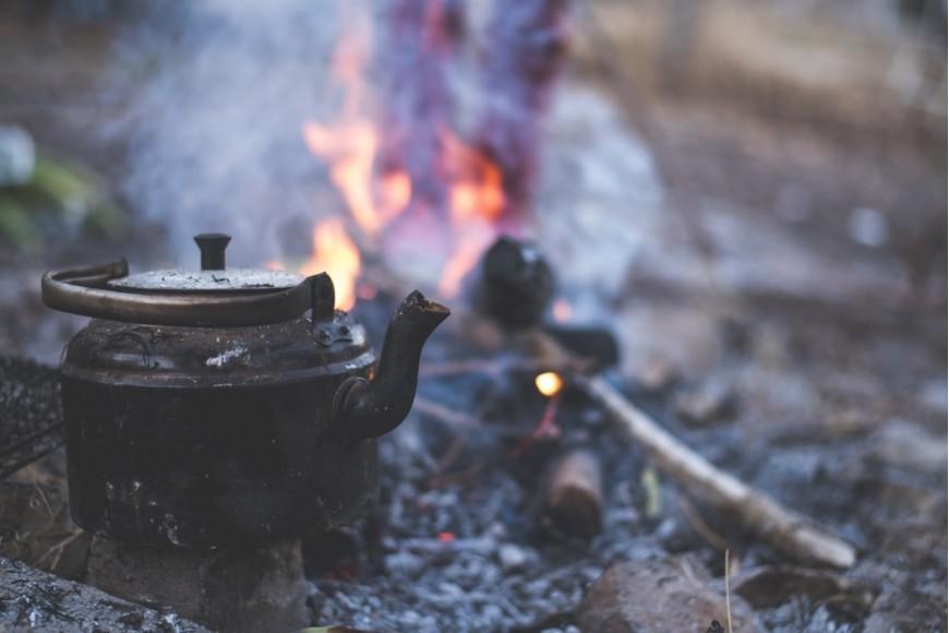 Τσαγιέρα στη φωτιά στην ύπαιθρο